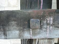 Traversa in legno di quercia annerita.