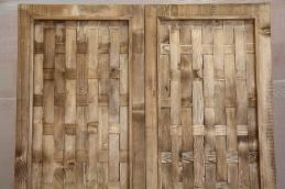 Motivo decorativo realizzato con listelli di abete massello intrecciati a mano.