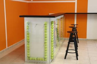 Bancone da bar in legno, plexiglas e palline da tennis.