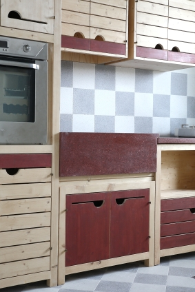 Cucina componibile realizzata da Mastro T. Progetto di Armoni Design e Mastro T. Top e lavello in graniglia Grandinetti. Elettrodomestici Alpes Inox.