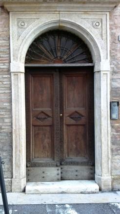 Prima del restauro_ Portone in legno di noce intagliato da Venanzio Bigioli.