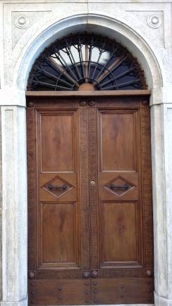 Dopo il restauro_ Portone in legno di noce intagliato da Venanzio Bigioli.