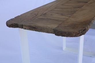 Tavolo in legno di quercia e ferro. Misure: 120x50, h 82 cm.
