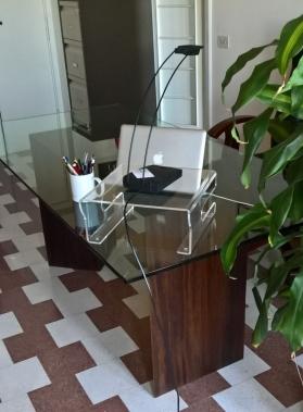 Tavolo in legno di noce e vetro. Design di Armoni Design.