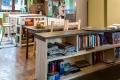Soggiorno. Libreria e tavolato in legno di abete massello.