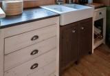 Cucina in legno di abete massello. Cassettiera con guide in legno.