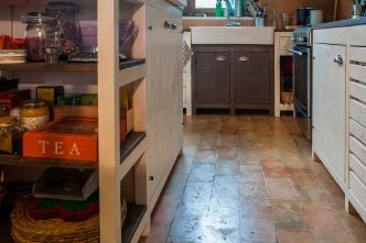 Cucina in legno di abete massello. Tinte e finitura ad acqua.