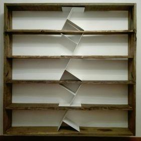 Libreria sospesa in legno di castagno con divisori in ferro verniciati bianchi. Dimensioni: 200x200x25 cm.