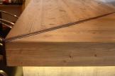 Bancone da bar, particolare: giunzione in ferro con effetto Corten.