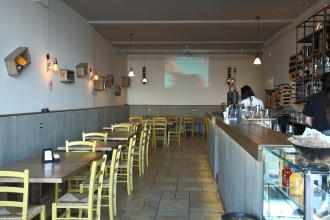 Bar-Pub-Pizzeria Enjoy. Progetto arredamento di Armoni Design, realizzazione arredamento di Mastro T.