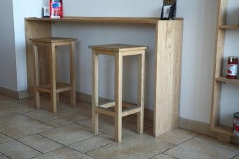 Sgabelli e bancone alto in legno massello di frassino. Sgabelli realizzati da Fantawood.