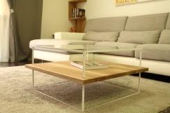 Tavolino basso con struttura in ferro verniciato a polvere e ripiani in vetro e rovere. Misure: 90 x 90 x 40 cm circa.